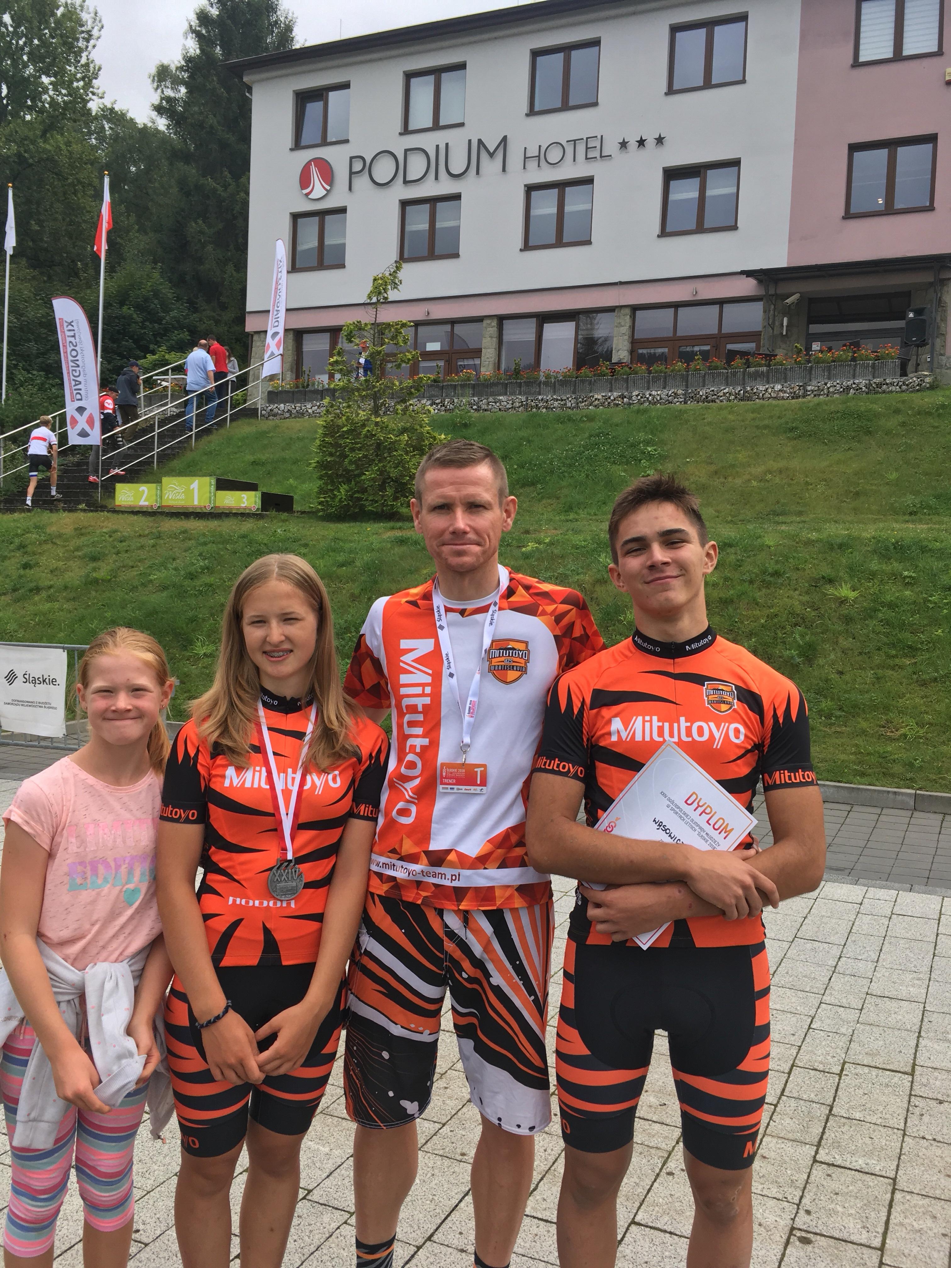Trener Dariusz Poroś ze swoimi podopiecznymi Hanią i Adamem oraz córką Karoliną